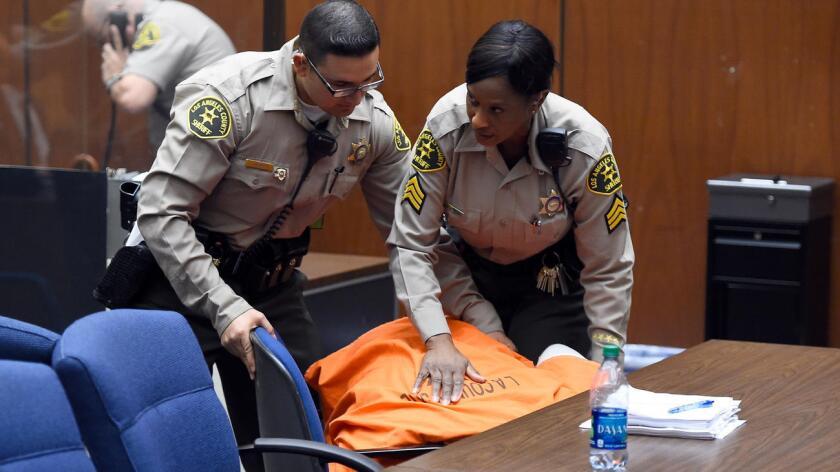 Foto de archivo de oficiales del sheriff del Condado de Los Angeles tratando de controlar a un prisionero en una corte de la misma entidad.