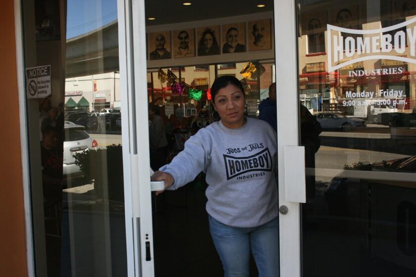 Guadalupe ha obtenido empleo en Homeboy Industries luego de tener antecedentes penales.