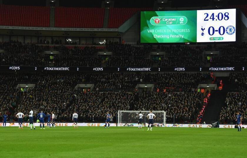 Jugadores esperan la decisión del Árbitro Asistente de Vídeo (VAR) hoy, en un partido entre Tottenham Hotspur y Chelsea de la Copa Carabao en Wembley, en Londres (R.Unido), hoy. EFE