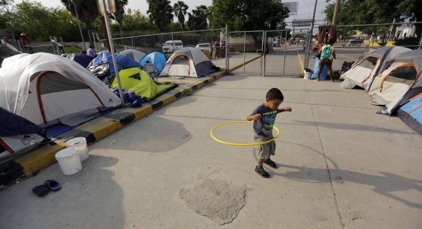 En esta fotografía del 30 de abril de 2019, William Linares, un niño hondureño de 5 años, juega en un campamento donde vive cerca del puente internacional en Matamoros, México. (AP Foto/Eric Gay)