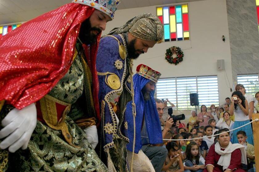Los tres Reyes Magos de Juana Díaz, son recibidos en la Parroquia San José de Caguas (Puerto Rico), el miércoles 4 de enero de 2006. EFE/Archivo