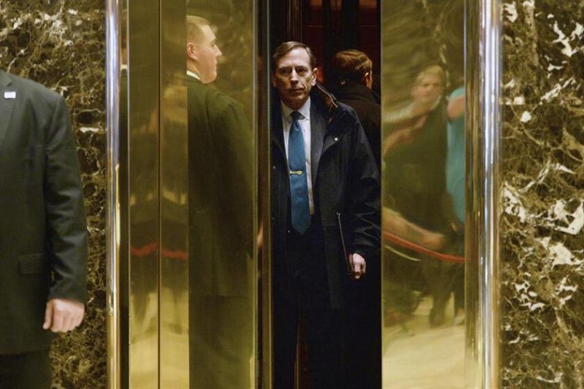 El exdirector de la Agencia Central de Inteligencia (CIA) David Petraeus en el vestíbulo de la Trump Tower, en Nueva York, Estados Unidos. EFE/Archivo