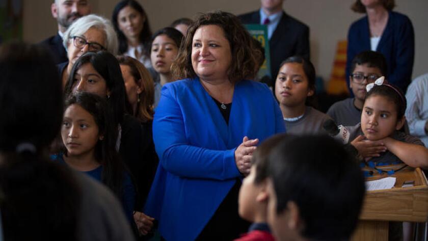 Myrna Castrejón (centro) junto a estudiantes, en junio pasado, durante un evento para la presentación de proyectos de Great Public Schools Now, que busca iniciar nuevas escuelas en Los Ángeles (Dillon Deaton/Los Angeles Times).