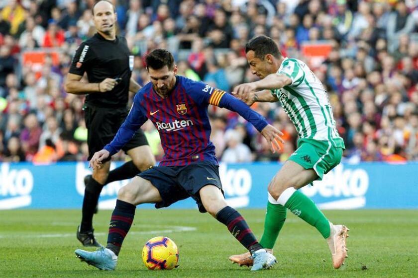 El delantero argentino del FC Barcelona Leo Messi (i), lucha con el centrocampista mexicano del Real Betis Balompié José Andrés Guardado (d), durante el partido de la jornada 12 de liga en Primera División que se disputó el pasado mes de diciembre. EFE/Archivo