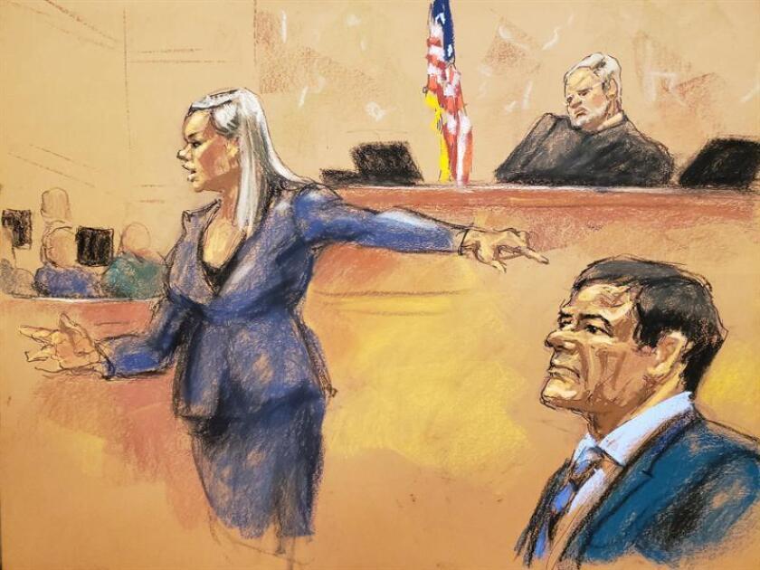 """Reproducción fotográfica de un dibujo realizado por la artista Jane Rosenberg donde aparece la asistente del Fiscal de Estados Unidos, Amanda Liskamm, frente al juez de la corte federal de Brooklyn, Brian Cogan (c), y el narcotraficante mexicano Joaquín """"El Chapo"""" Guzmán (dcha), durante la audiencia celebrada el jueves 31 de enero en el tribunal del Distrito Sur en Brooklyn, Nueva York (EE.UU.). EFE/Archivo"""