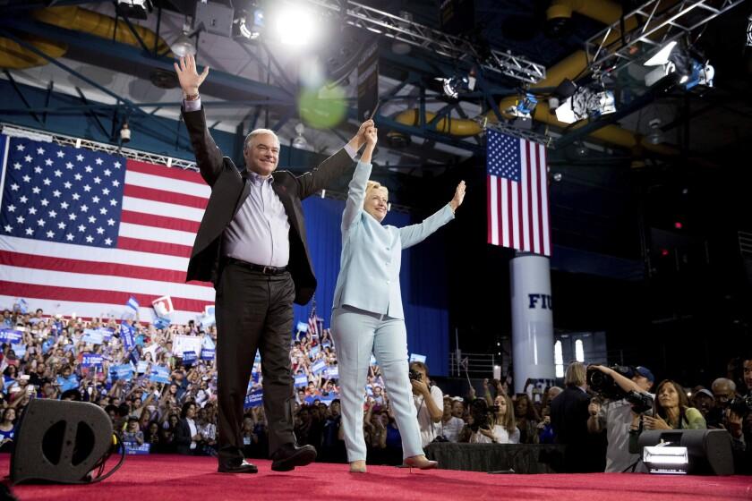 La candidata presidencial demócrata Hillary Clinton y su compañero de fórmula, el senador Tim Kaine, arriban a uyn acto de campaña en la Universidad Internacional de Florida en Miami el sábado, 23 de julio del 2016. (AP Foto/Andrew Harnik)