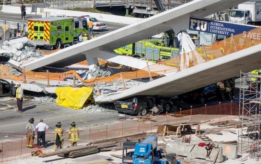 El puente peatonal que se desplomó en Miami el pasado 15 de marzo tenía grandes grietas días antes de derrumbarse y ocasionar la muerte de seis personas, según un informe preliminar de la Junta Nacional de Seguridad en el Transporte (NTSB). EFE/ARCHIVO