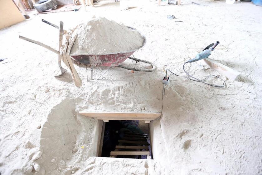 """Esta foto suministrada por la procuraduría general de México, muestra la salida del túnel que afirman fue usado por Joaquín """"El Chapo"""" Guzmán para escapar el sábado 11 de julio de 2015 del penal de seguridad máxima El Altiplano, en Almoloya, al occidente de la Ciudad de México."""