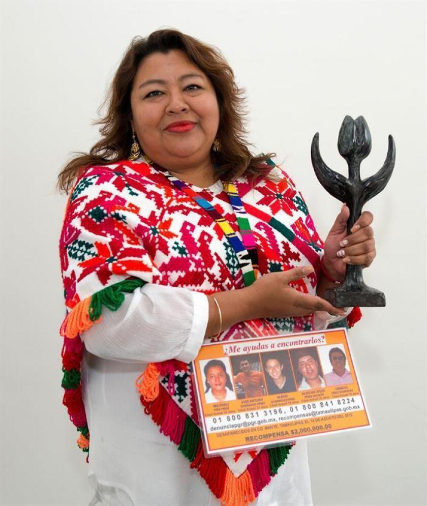 Fotografía facilitada por el Ministerio de Asuntos Exteriores de Holanda de la mexicana Graciela Pérez recibiendo el Tulipán por los Derechos Humanos, un premio anual otorgado por el Gobierno holandés, en una ceremonia celebrada hoy en La Haya en la que denunció la incapacidad del Estado para resolver el problema de las desapariciones forzadas en su país. EFE/Aad Mejier/SOLO USO EDITORIAL