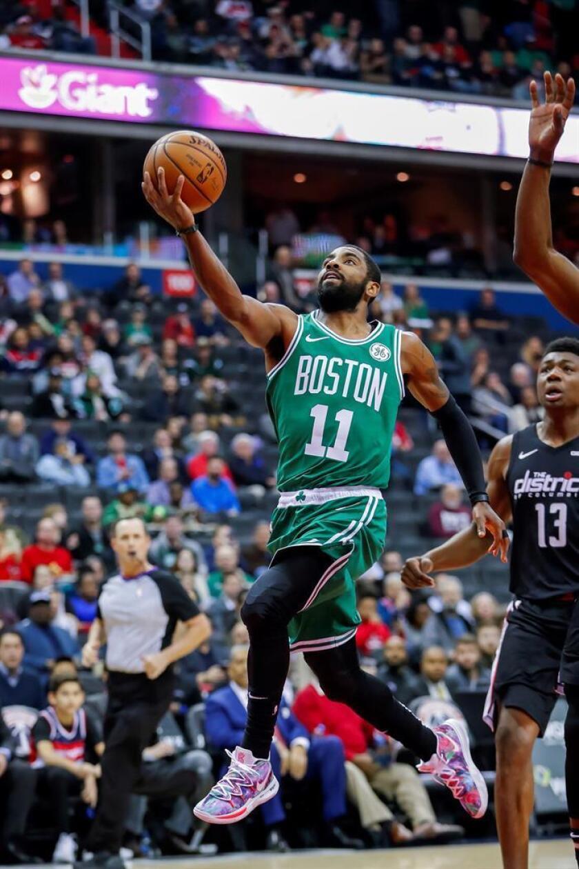 El jugador de los Celtics Kyrie Irving (i) en acción hoy, durante un partido de NBA entre Boston Celtics y Washington Wizards, en el Capital One Arena, en Washington (EE.UU.). EFE