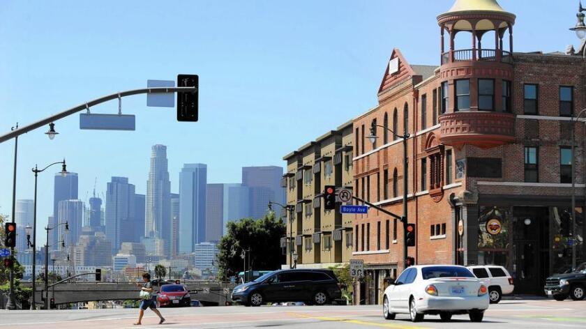 La Corporación Comunitaria del Este de Los Ángeles (East L.A. Community Corp.) convirtió el Boyle Hotel-Cummings Block, de la era victoriana, cerca de la Plaza del Mariachi, en un complejo habitacional de precio asequible.