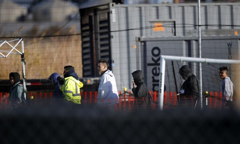 Jóvenes migrantes dentro de un campamento de detención en Tornillo, Texas.