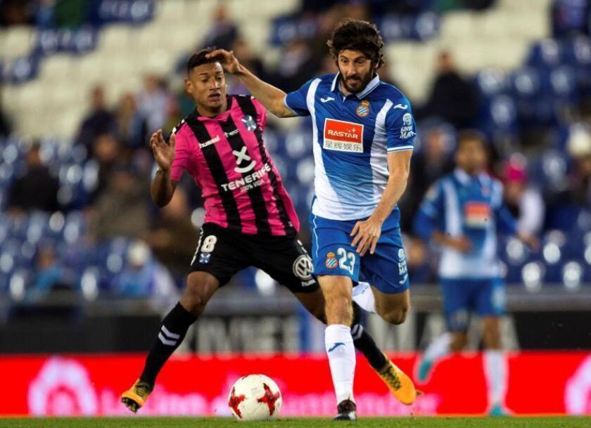 El centrocampista del Espanyol Esteban Granero (d) y el centrocampista del Tenerife Bryan Acosta durante el partido de vuelta de dieciseisavos de final de la Copa del Rey. EFE/Archivo