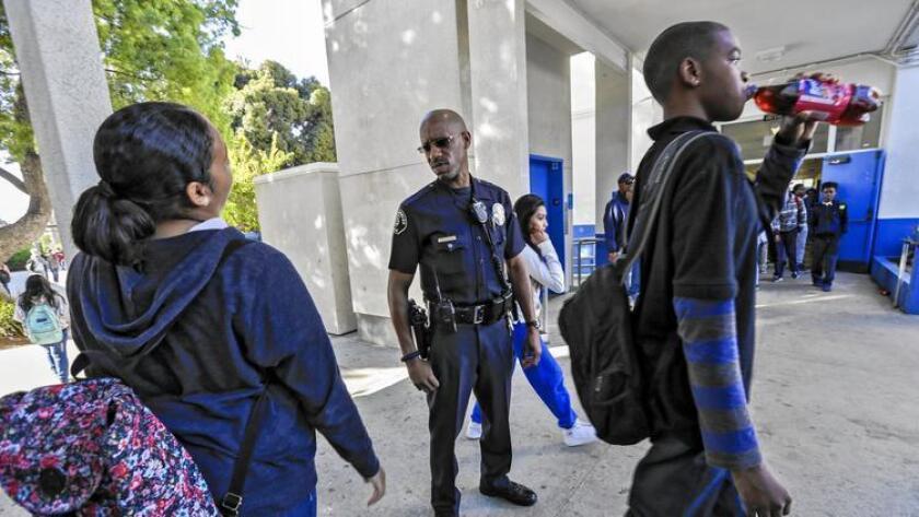 El oficial de policía Henry Anderson en su ronda rutinaria en la escuela de Los Ángeles Robert E. Peary Middle School en Gardena.