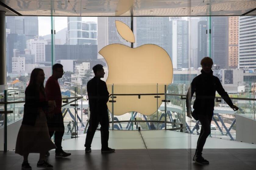 Clientes caminan junto al logotipo de Apple en la tienda Apple en Hong Kong (China) el 4 de enero de 2019. EFE/Archivo