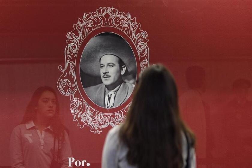 """Una visitante observa fotografías de la exposición """"Por Siempre Pedro Infante"""" este viernes 17 de noviembre, en la metrogalería de la estación Bellas Artes del Sistema de Transporte Colectivo Metro, en Ciudad de México (México). EFE"""
