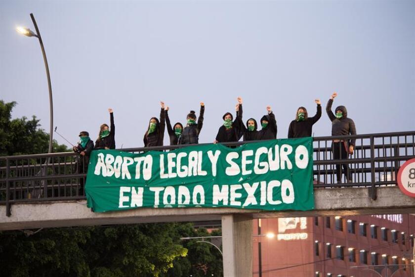Mujeres de distintas ciudades de México, convocadas por la organización Marea Verde, tomaron espacios públicos para exigir la legalización del aborto en todo el país. EFE/SOLO USO EDITORIAL