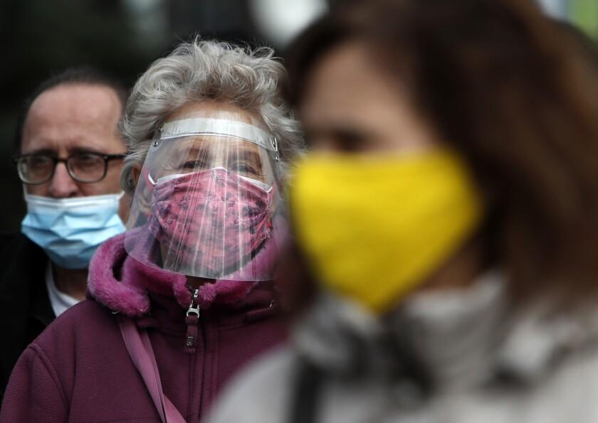 Un grupo de personas espera para recibir la vacuna contra el coronavirus en Belgrado el 17 de febrero del 2021. (AP Photo/Darko Vojinovic)
