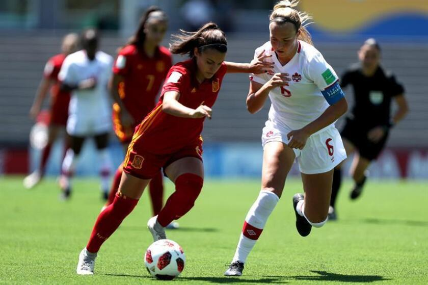 Spain's Irene Lopez (L) vies for the ball with Canadian Ariel Young during an Under 17 Women's World Cup match between Canada and Spain, in Montevideo, Uruguay, 21 November 2018. EPA-EFE/Raul Martinez