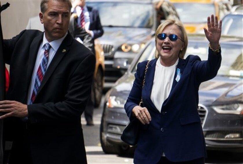 Hillary Clinton se retiró de improviso el domingo de una ceremonia en memoria por los atentados del 11 de septiembre de 2001 y recibió ayuda de tres personas para mantenerse de pie y subir a una camioneta tras aparentemente tambalearse en una vereda.