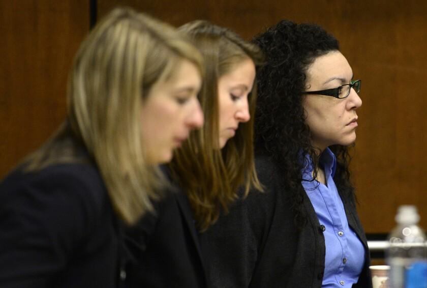 Desde la izquierda, las defensoras Kathryn Herold y Jen Beck acompañan a Dynel Lane al momento que el jurado ingresa en la sala antes de las declaraciones finales en Boulder, Colorado. (Matthew Jonas/Daily Camera vía AP)
