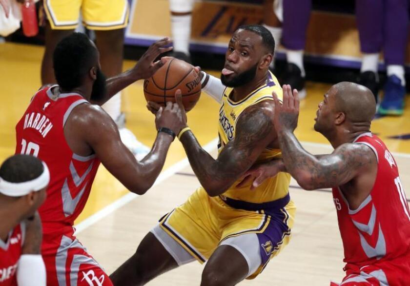 LeBron James (c) durante el partido de Los Ángeles Lakers. EFE