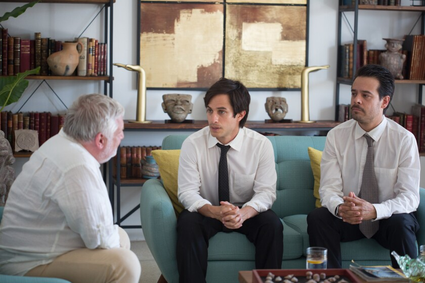 """Al centro, Gael Garcia Bernal en una escena de """"Museo"""", cinta mexicana que se estrena este viernes en L.A."""