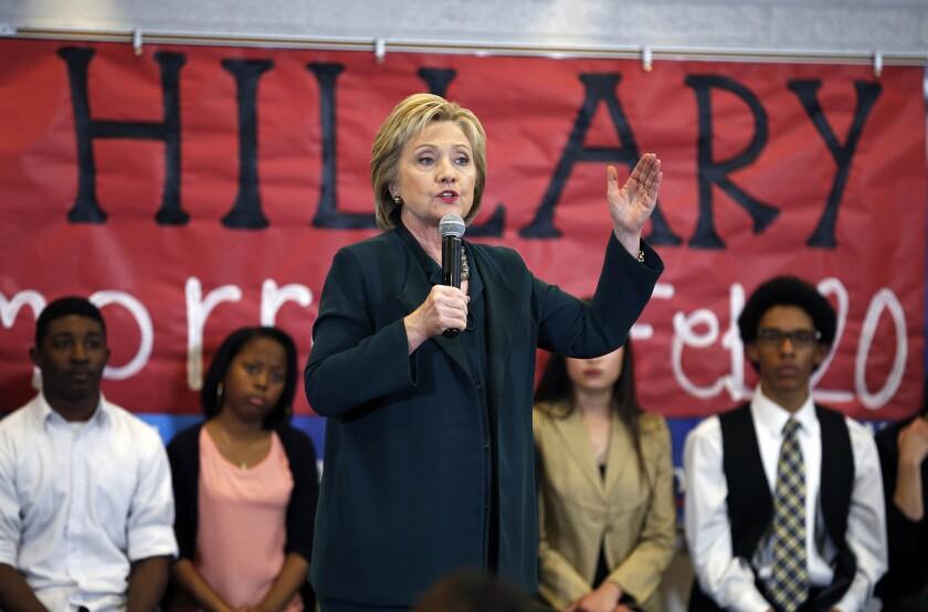 Hillary Clinton, aspirante a la nominación presidencial del Partido Demócrata, habla a estudiantes de la escuela secundaria Del Sol, en Las Vegas. (Foto AP/John Locher)