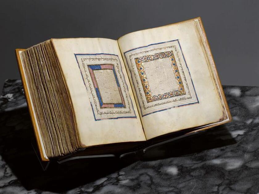 Fotografía cedida por Sotheby's de una Biblia hebrea elaborada en Castilla en la primera mitad del XIV que iba a ser subastada este miércoles por la casa Sotheby's junto con otros objetos judaicos pero que fue comprada por el Museo Metropolitano de Arte de Nueva York. EFE/Sotheby's