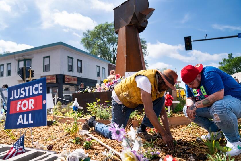 جی وب و دمیک رایت ، برادر داون رایت ، در مرکز شهر جورج فلوید گل می کارند