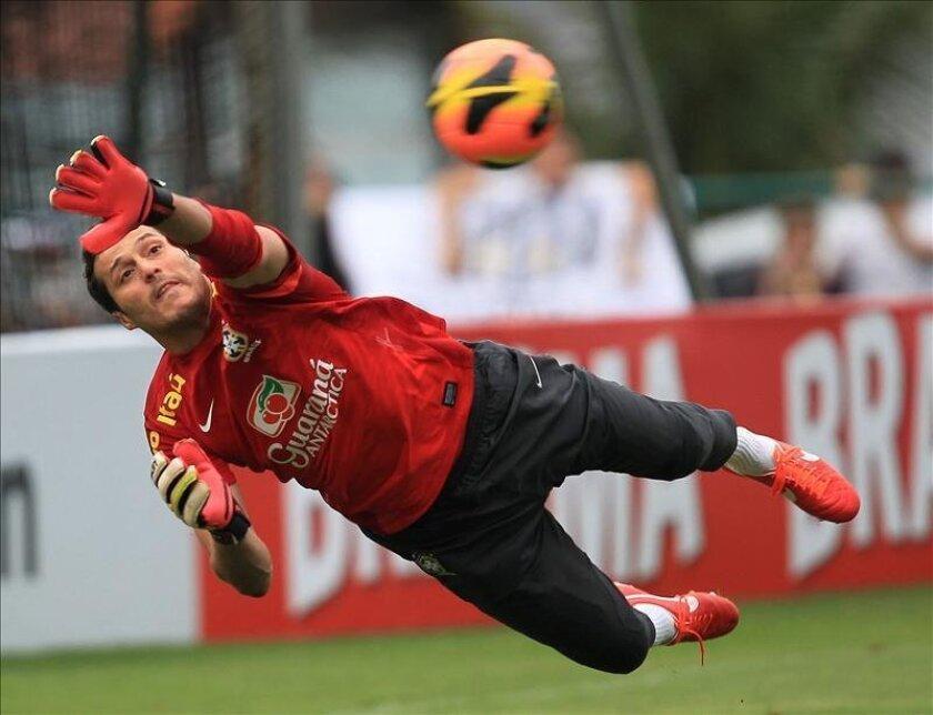 El portero brasileño Julio César fue registrado este jueves durante un entrenamiento del seleccionado de su país, en Río de Janeiro (Brasil). EFE