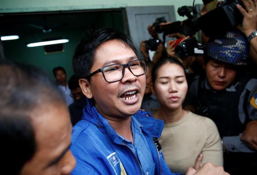 El periodista de Reuters Wa Lone (c) habla con sus compañeros de la prensa después de la primera comparecencia en su juicio, en el tribunal municipal de Mingaladon en Yangon (Myanmar). EFE/Archivo