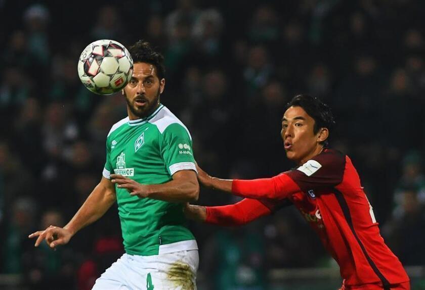 El jugador del Bremen, Claudio Pizarro (izda) en acción durante un partido. EFE/Archivo