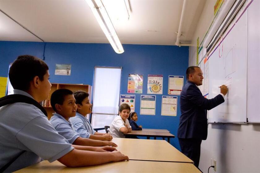Los maestros de escuelas públicas en Arizona iniciaron hoy una huelga indefinida, que afecta aproximadamente a 84.000 estudiantes de K-12 grado en todo el estado, para exigir mejores salarios y el fin del recorte de los recursos destinados a la educación. EFE/Archivo