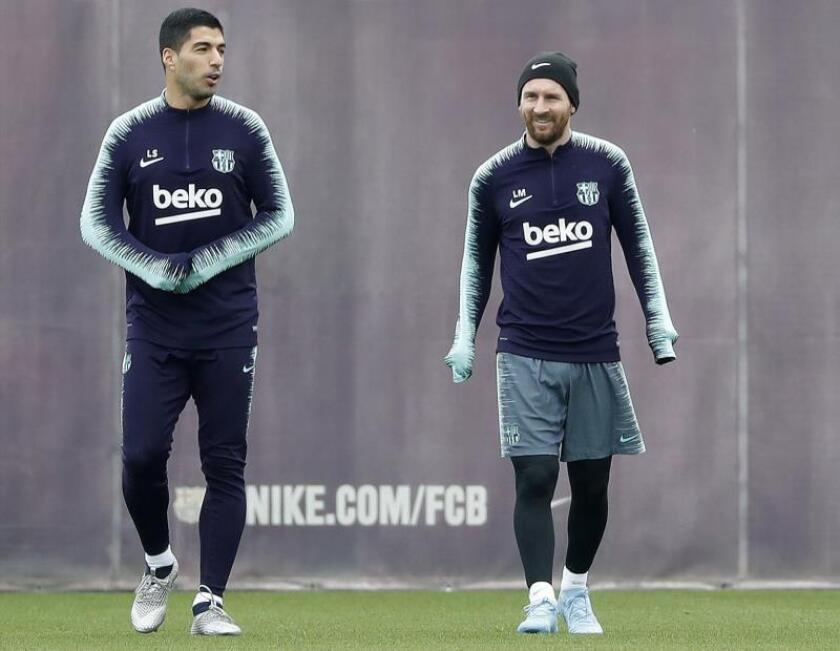 El delantero argentino Leo Messi acompañado del uruguayo Luis Suarez (i), del FC Barcelona, durante un entrenamiento. EFE/Archivo