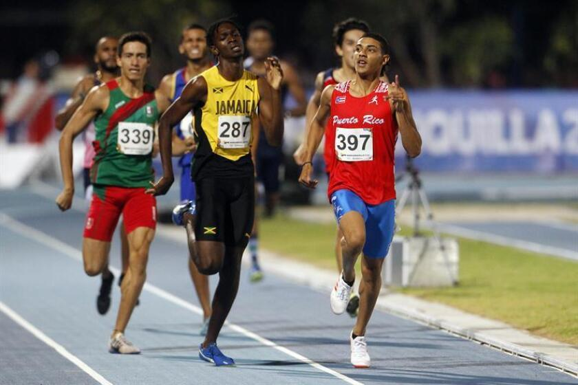 El puertorriqueño Ryan Sánchez (d) y el jamaiquino Eric Leon Mckenzie (c) compiten en la eliminatoria de la prueba de 800 mts hombres el 29 de julio de 2018, en los XXIII Juegos Centroamericanos y del Caribe 2018 en Barranquilla (Colombia). EFE