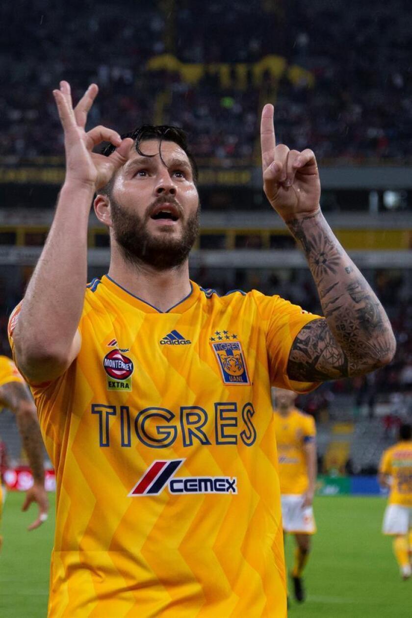 El jugador de Tigres, André-pierre Gignac celebra una anotación ante Atlas, durante el juego correspondiente a la jornada 8 del torneo mexicano de fútbol, celebrado en el estadio Jalisco, en la ciudad de Guadalajara (México). EFE/Archivo