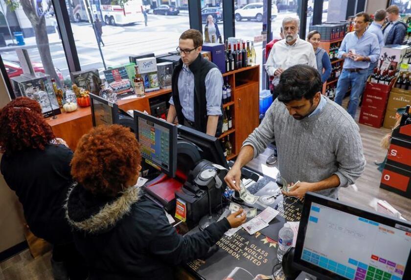 Ciudadanos compran boletos de lotería en Washington (EE.UU.). EFE
