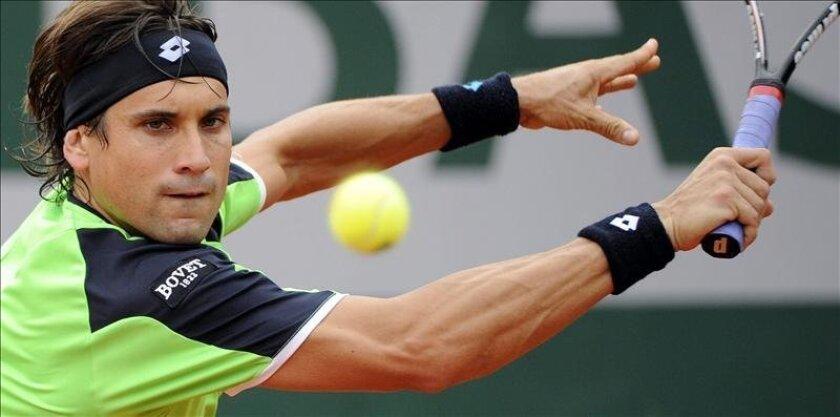El tenista David Ferrer devuelve una bola durante el partido de segunda ronda del torneo de tenis Roland Garros. EFE