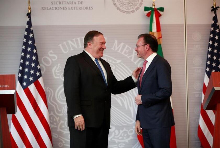 El secretario de Relaciones Exteriores de México, Luis Videgaray (d), y el secretario de Estado estadounidense, Mike Pompeo (i), conversan durante una conferencia de prensa conjunta. EFE/Archivo