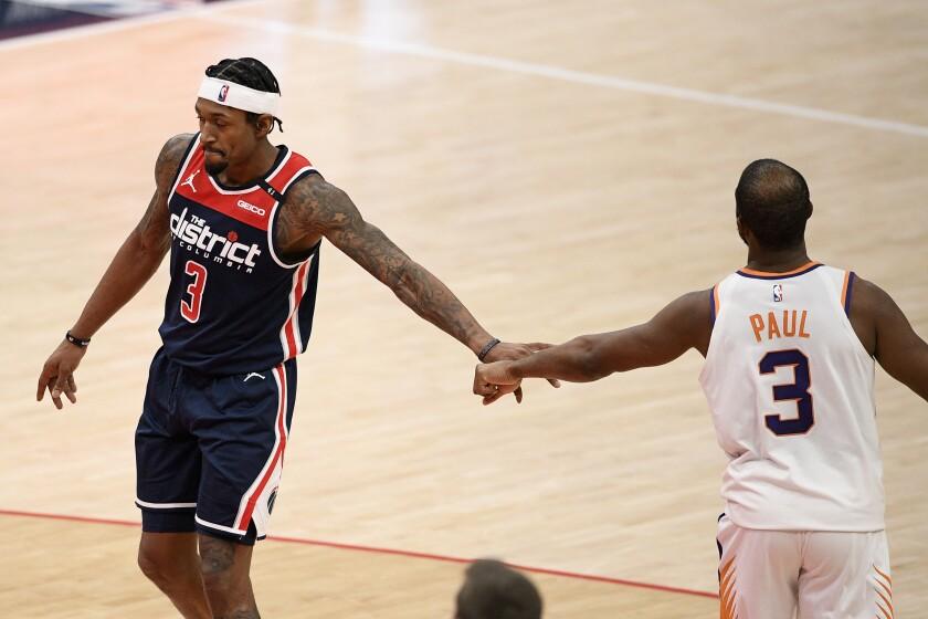 Bradley Beal (izquierda) de los Wizards de Washington y Chris Paul de los Suns de Phoenix