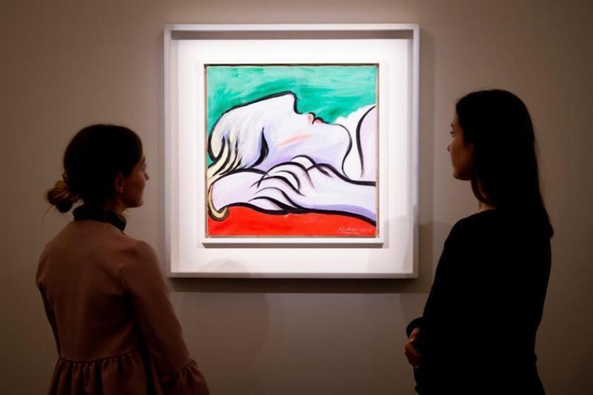 """Empleadas de Sotheby's observan la obra de Pablo Picasso """"Le Repos"""" durante la presentación de la subasta que prepara la casa de subastas """"Contemporáneo, Impresionismo y Arte Moderno"""" en Londres (Reino Unido) hoy, 9 de abril de 2018. EFE"""