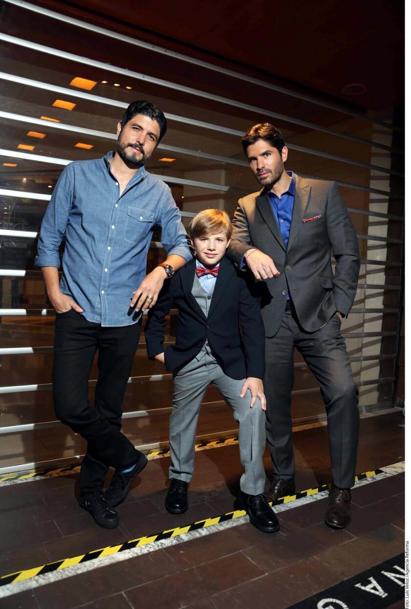El cineasta Alejandro Monteverde (i) aparece con Jakob y Eduardo Verástegui durante la presentación del filme El Gran Pequeño en México.