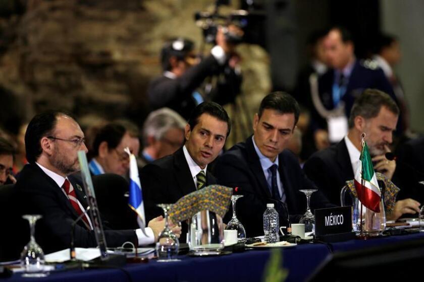 El presidente de México, Enrique Peña Nieto, pronuncia un discurso en la sesión plenaria de jefes de estado en la XXVI Cumbre Iberoamericana, hoy, en Antigua, Guatemala. EFE