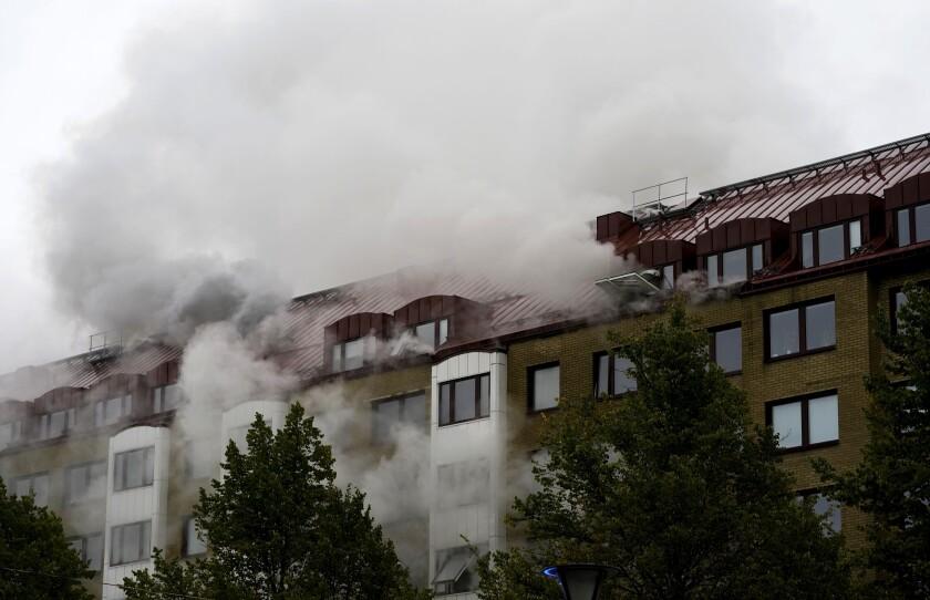 Una columna de humo sale de un edificio de apartamento tras una explosión en Annedal, en el centro de Gotemburgo, Suecia, el 28 de septiembre de 2021. (Bjorn Larsson Rosvall/TT via AP)