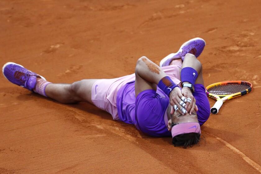 Rafael Nadal reacciona tras vencer a Stefanos Tsitsipas en la final del Abierto de Barcelona, el domingo 25 de abril de 2021. (AP Foto/Joan Monfort)