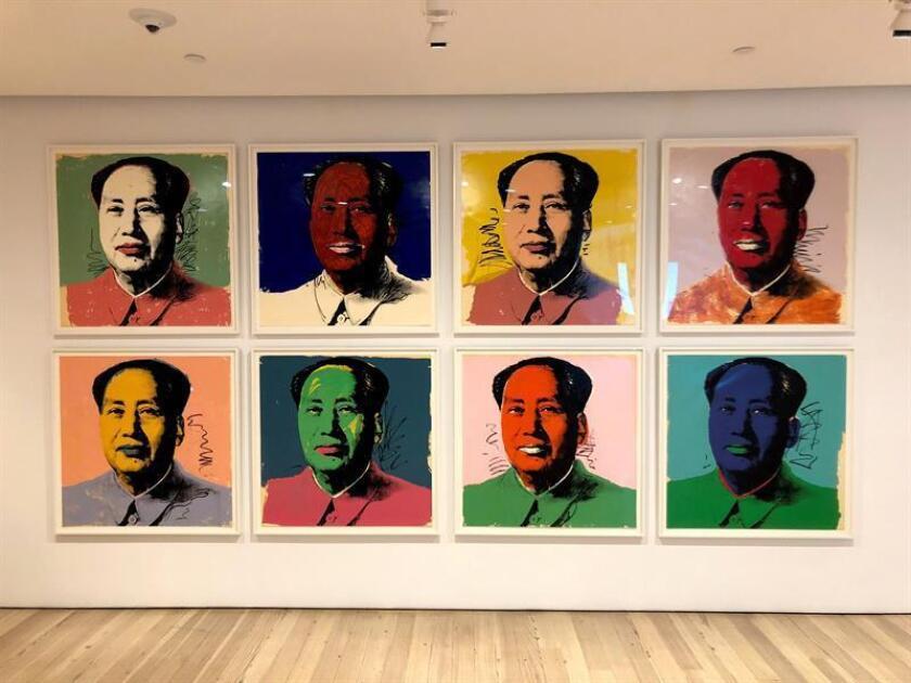 """Vista de unas obras de la serie Mao Zedong (1972) de Andy Warhol colgadas durante la inauguración de la exposición """"Andy Warhol - From A to B and Back Again"""" hoy, martes 6 de noviembre de 2018, en el museo Whitney de Nueva York (EE.UU.). EFE"""