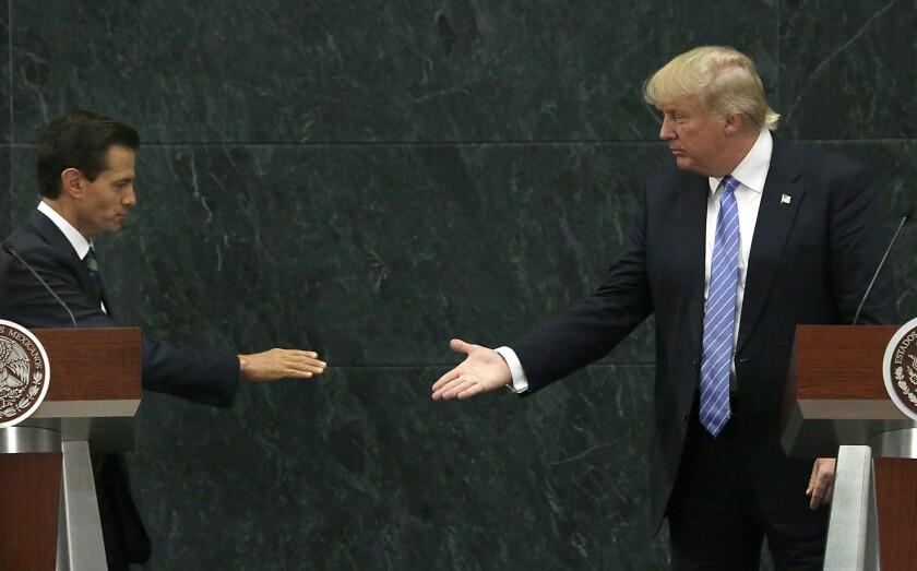 El presidente mexicano Enrique Peña Nieto extiende su mano a Donald Trump, nominado presidencial republicano, en la visita a Los Pinos.