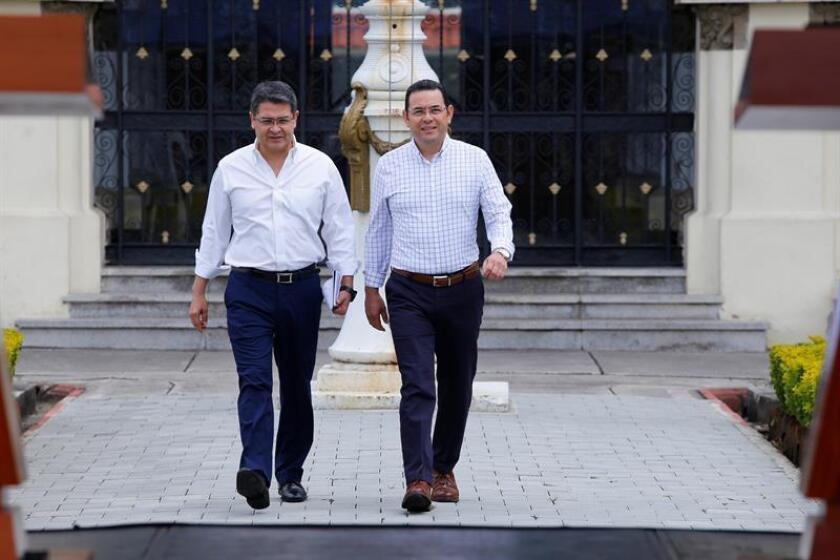 En la imagen, el presidente de Guatemala, Jimmy Morales (d), y su homólogo hondureño, Juan Orlando Hernández (i). EFE/Archivo