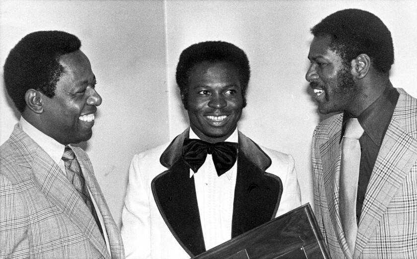 De izq. a der., Hank Aaron, Lou Brock y Bob Gibson en un homenaje que les hicieron los cronistas de béisbol de San Luis el 28 de enero de 1975. Tres glorias del béisbol que fallecieron en el 2020. (AP Photo/File)